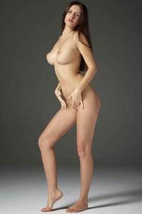 Model Alisa in Ample Nudes