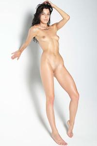 Model Oksi in Nude elegance